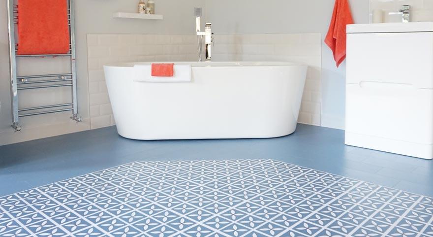 Kwiecista podłoga w łazience