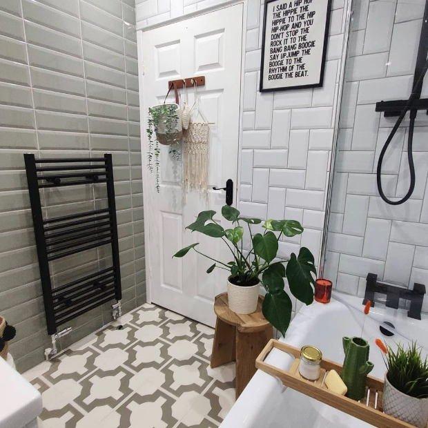parquet thistle grey floor in modern small bathroom